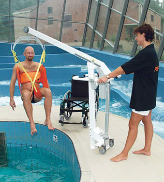 elevador de piscina - ascensor acuatico - sillas para piscinas - accesibilidad piscinas